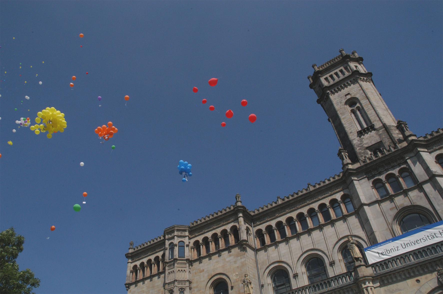 Foto luftballons vor leibniz universität hannover